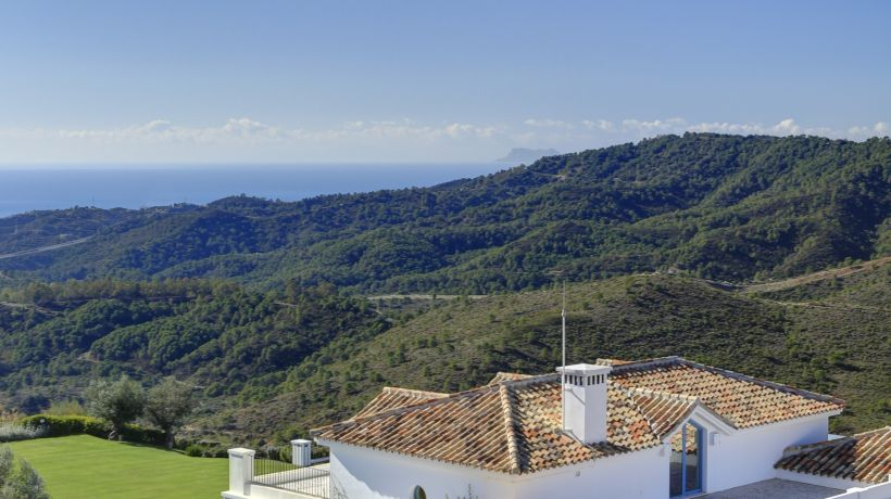 Luxurious 5 bedroom villa in Benahavís, facing south, 7,000 m2 plot and private pool