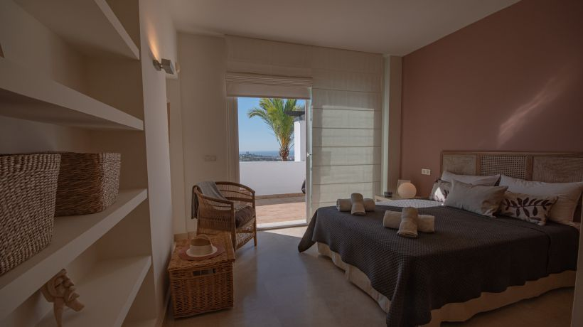 Luxury vacation home with 3 bedrooms in the contemporary urbanization of Los Altos de la Quinta, Benahavís, with panoramic views of the mountains, the golf courses and the sea, very close to golf courses and a few minutes by car from Puerto Banús