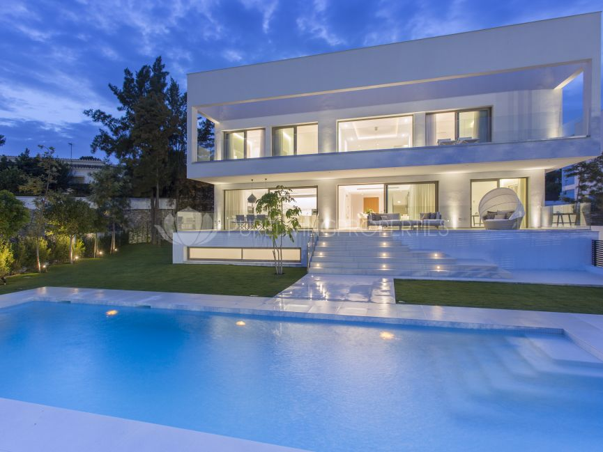 A modern top quality villa by the beach in Estepona.