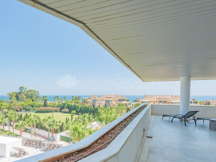 Spacious Luxury Apartment with great qualities in Puerto Banus