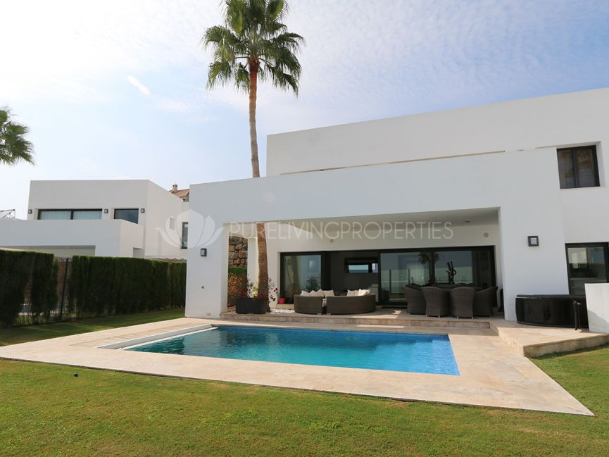 Sunny modern villa with wonderful views in Benahavis