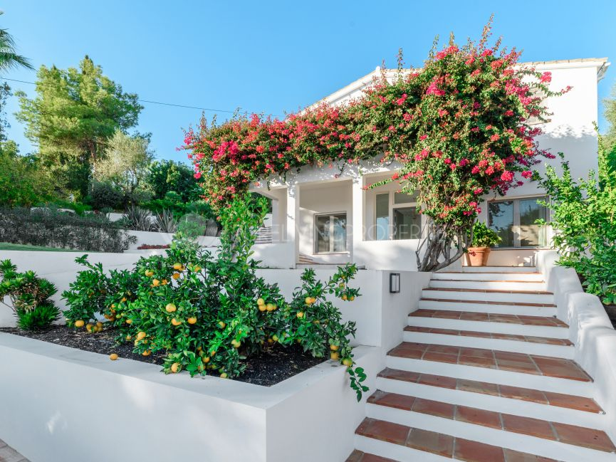 Villa for sale in El Rosario, Marbella East.