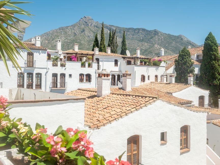 Splendid penthouse apartment in Señorio de Marbella with panoramic sea & mountain views