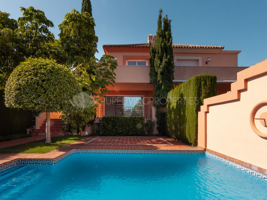 Beautiful and spacious three-bedroom semi-detached villa in Altos de Puente Romano, Marbella