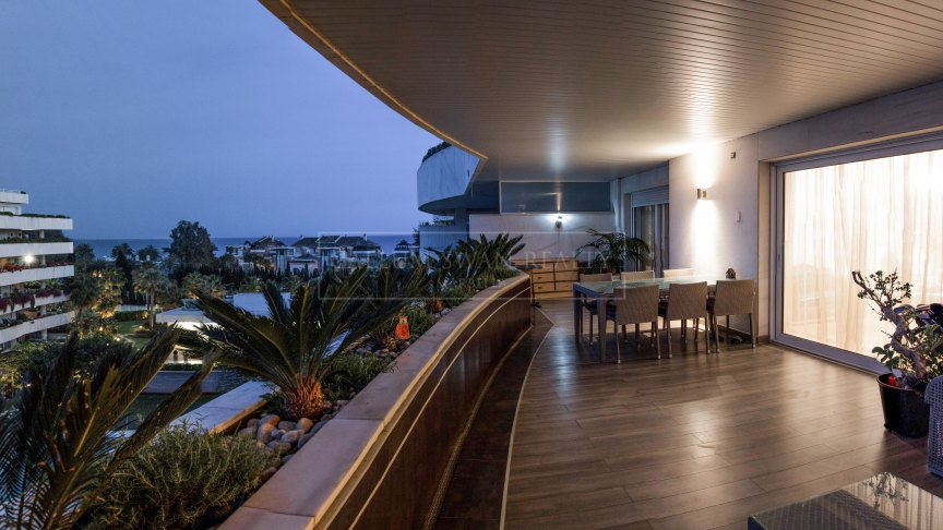Marbella - Puerto Banus, Stunning 2 bedroom apartment with sea views walking distance to the beach in Embrujo de Banus