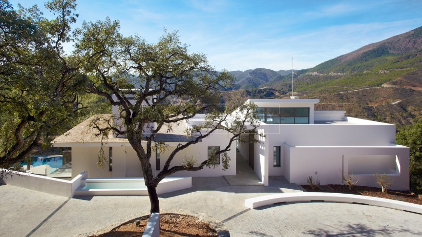 Benahavis, Sleek and modern design in a private country club setting