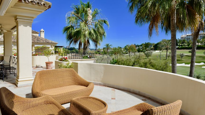 Nueva Andalucia, Lovely duplex penthouse in las Alamandas with stunning golf views