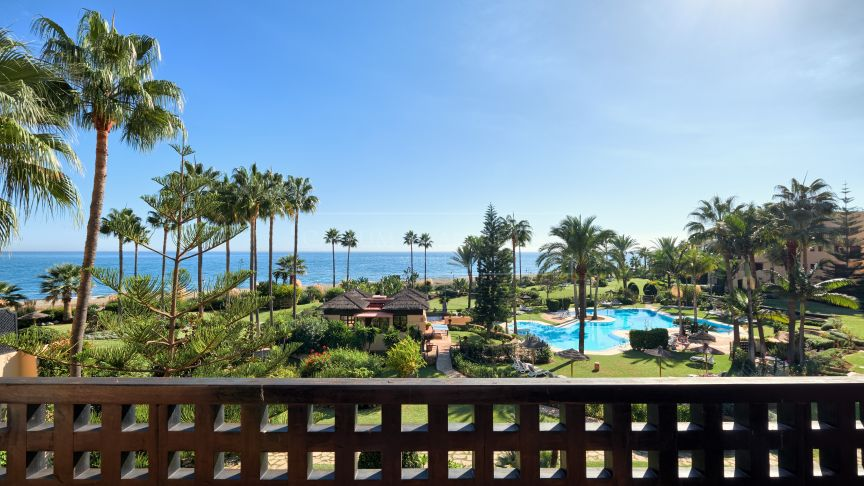 Estepona, Stunning frontline beach apartment in Costalita del Mar