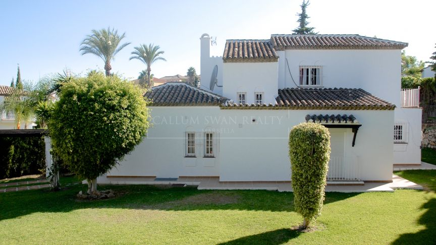 Nueva Andalucia, Family villa in the gated residential community of Marbella Country Club
