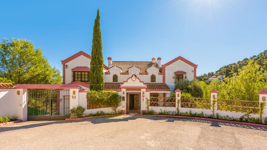 Benahavis, Charming rustic andalusian style villa in EL Madroñal with lovely sea views