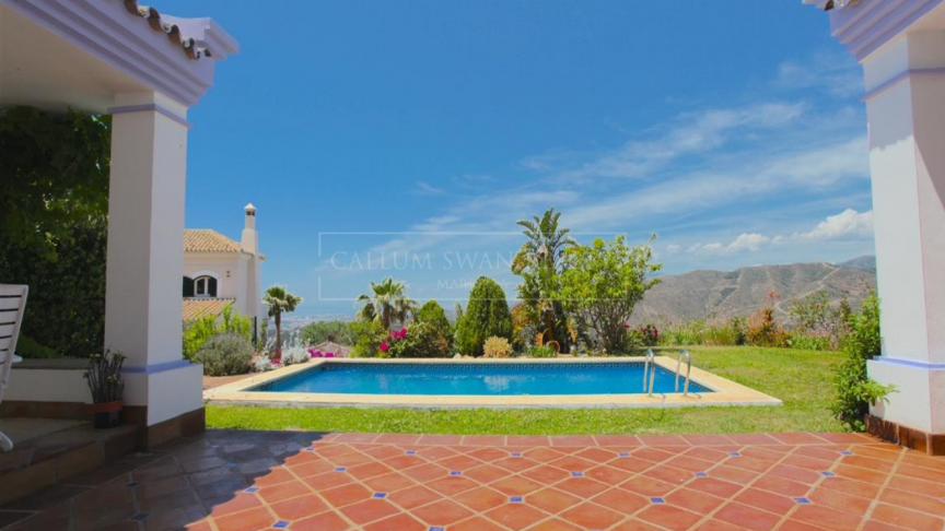 Istan, Charming andalusian style villa on one level in Sierra Blanca Country Club with amazing views
