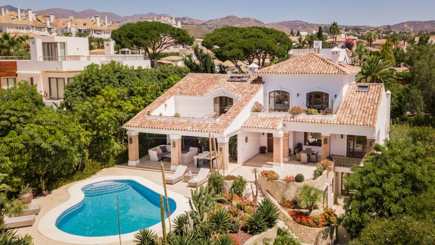 Marbella East, Charming family villa a short walk from the beach in Las Chapas