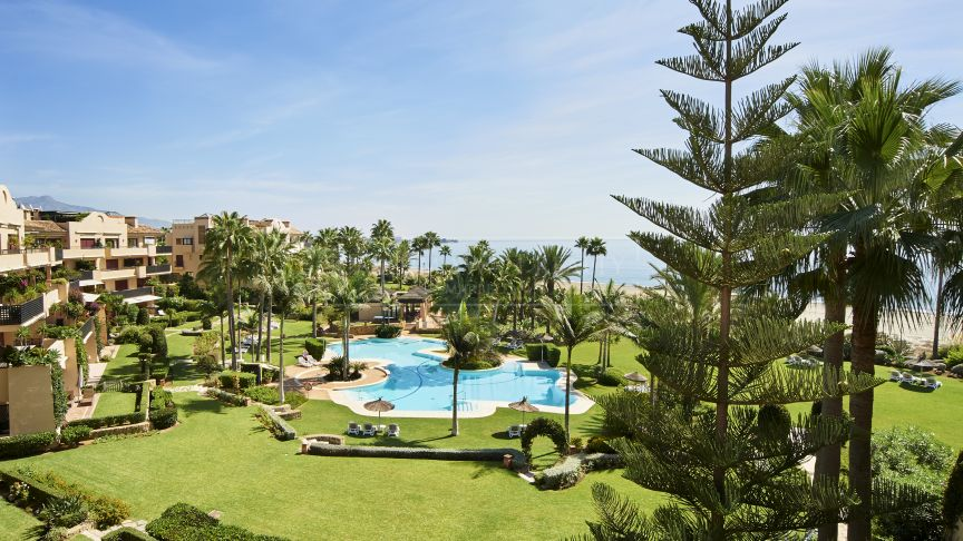 Estepona, Frontline beach penthouse in a gated community with a private pool