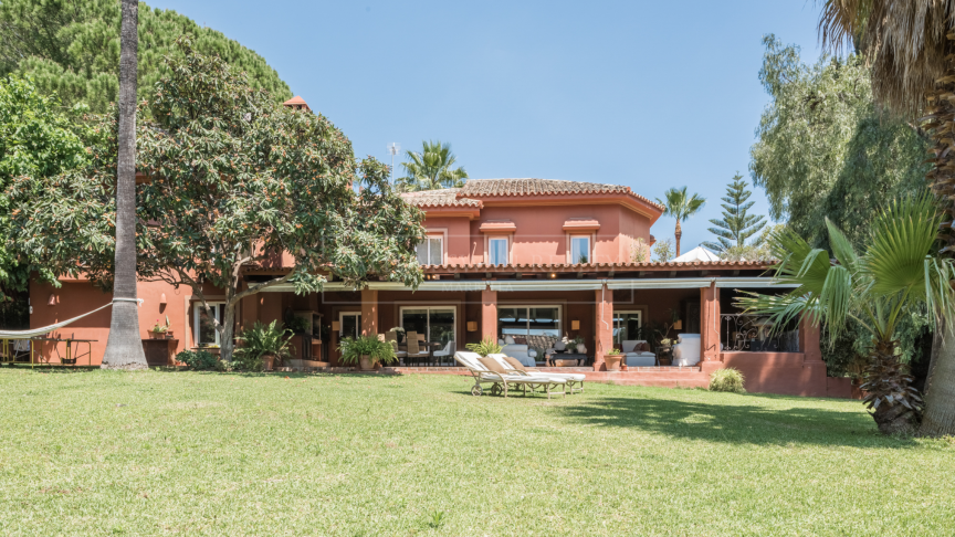Marbella Golden Mile, Beautiful family villa on a large plot in Nagueles