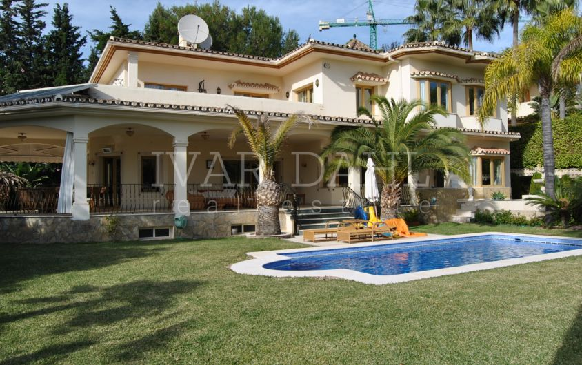 Villa for sale in Urbanization Altos Reales, Marbella