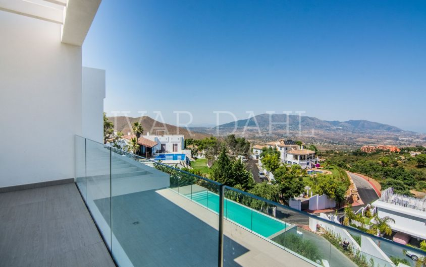 Ready to move in, modern villa with sea views in La Mairena