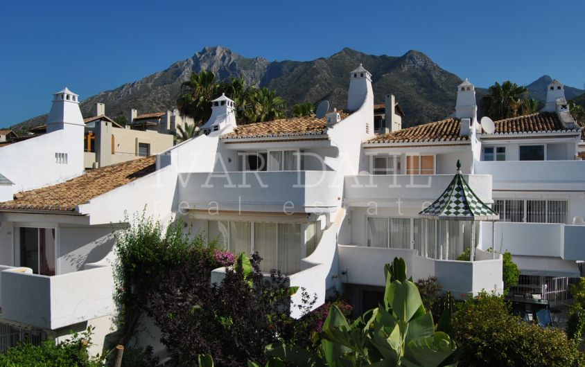 Townhouse for sale in Camojan Blanco, Marbella, Sierra Blanca area.