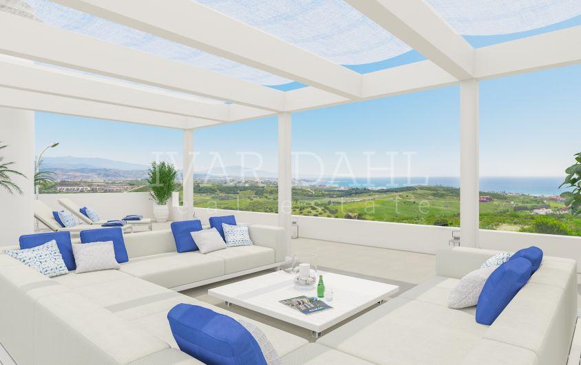 Neue moderne Reihenhäuser am Golfplatz in Casares, Costa del Sol