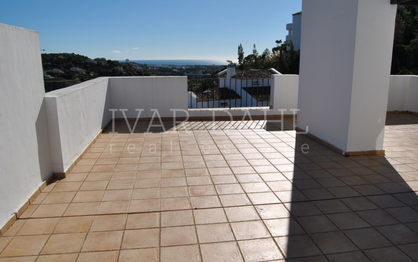 Penthouse for sale with sea views in Altos de La Quinta, Benahavis