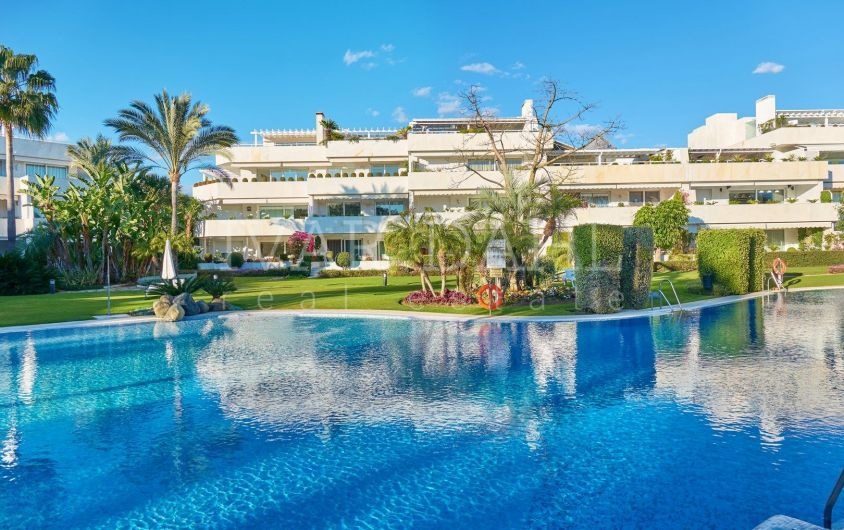 First line golf apartment in walking distance to Las Brisas golf club, Nueva Andalucia, Marbella