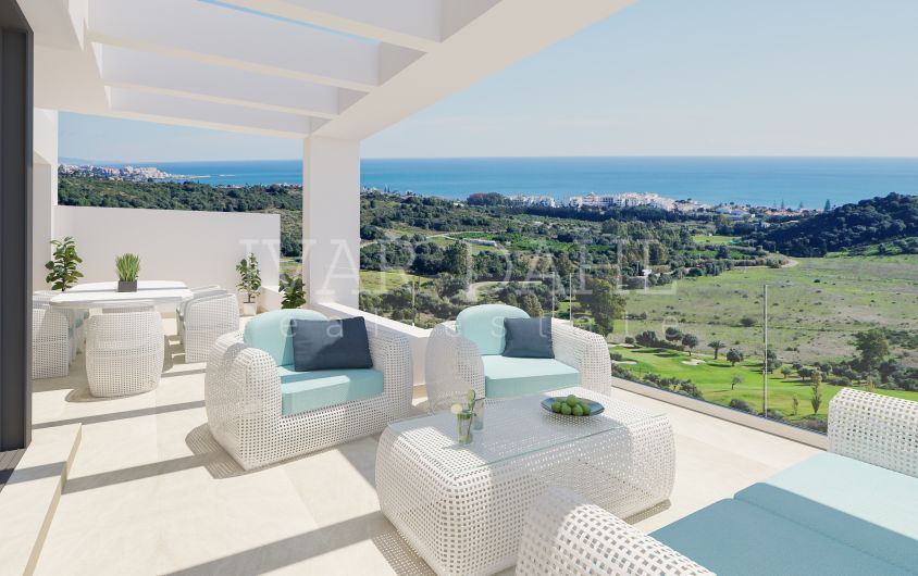 New modern penthouse in golf area and with sea views in Estepona