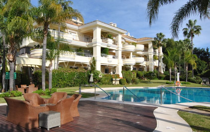 All in one floor, 4 bedroom apartment for sale in Altos Reales, Marbella.