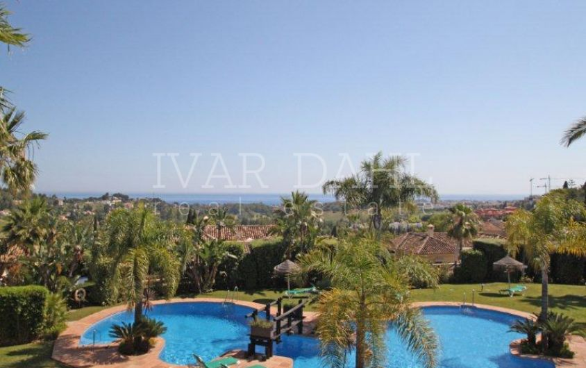Townhouse in gated community with sea views in Benahavís