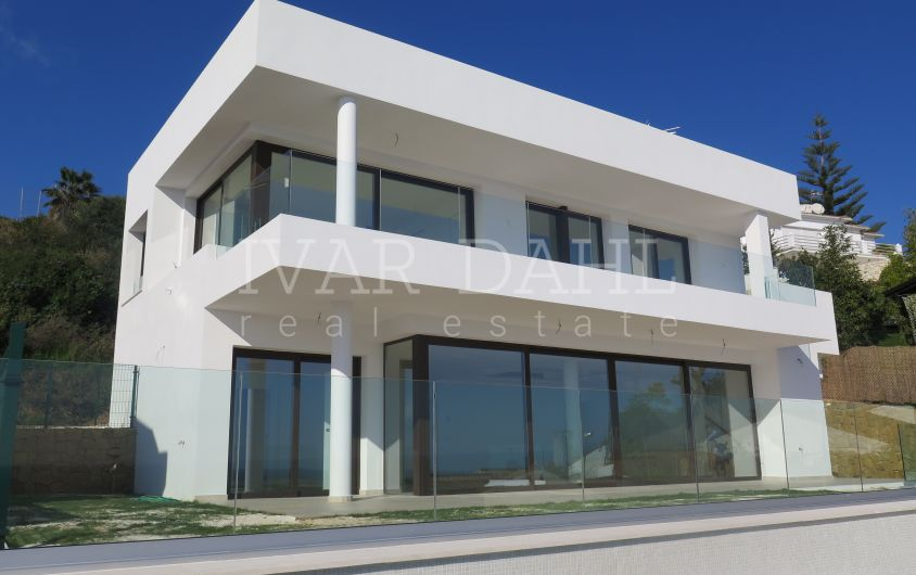 New Villa with panoramic sea views in Estepona, ready to move in.