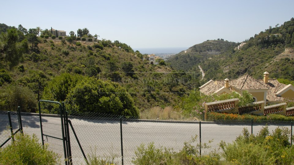 Benahavis, Large plot for sale in El Madroñal with projects for 2 villas