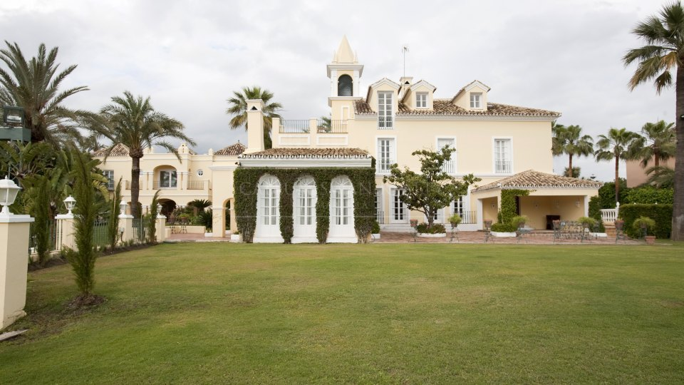 Nueva Andalucia, Stunning villa for sale in Aloha, in the heart of the golf valley