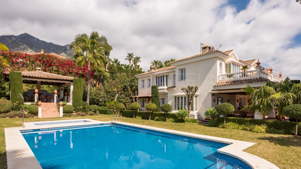 Marbella Golden Mile, Beautifully presented classical villa in Marbella Sierra Blanca with sea views