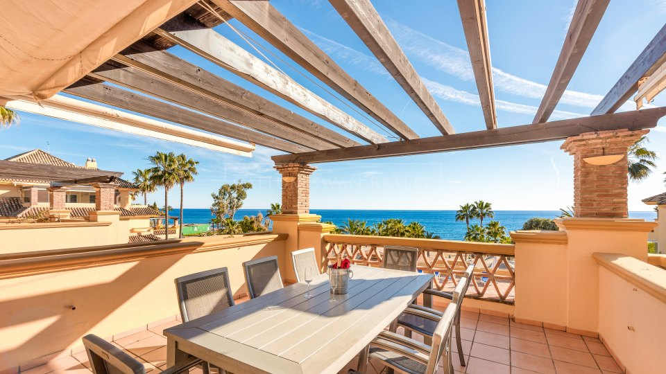 Marbella East, Bright 2 bedroom apartment frontline beach in Rio Real playa on the East side of Marbella