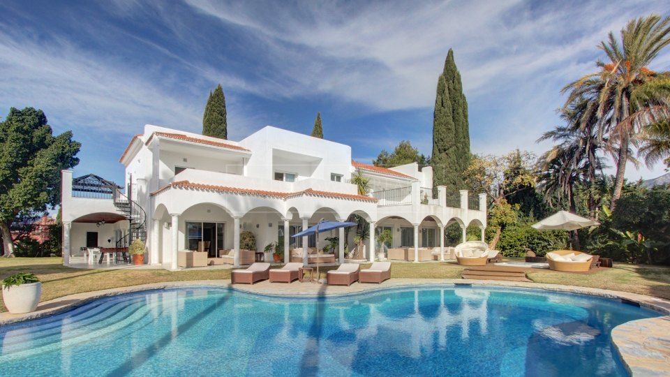 Nueva Andalucia, Large villa for sale in extensive gardens near to Puerto Banus