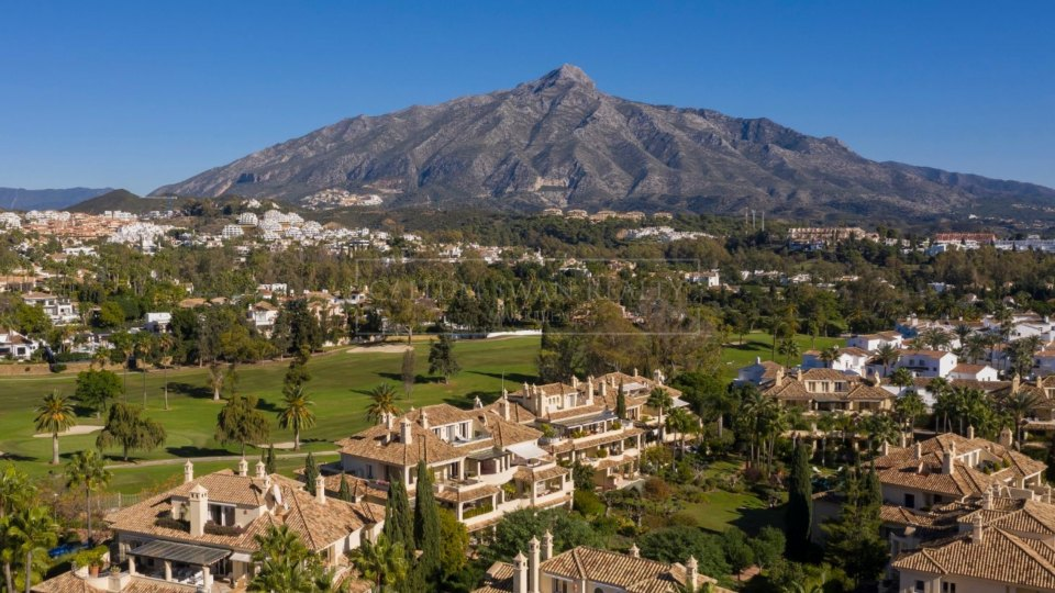 Nueva Andalucia, Stunning penthouse in the gated complex Las Alamandas close to Las Brisas