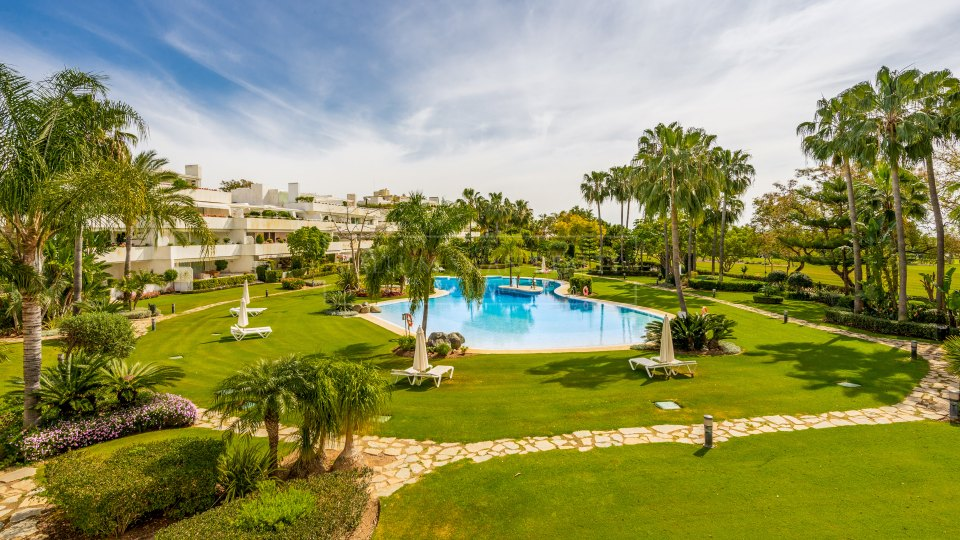 Nueva Andalucia, Luxury elevated ground floor corner apartment in Los Granados Golf.