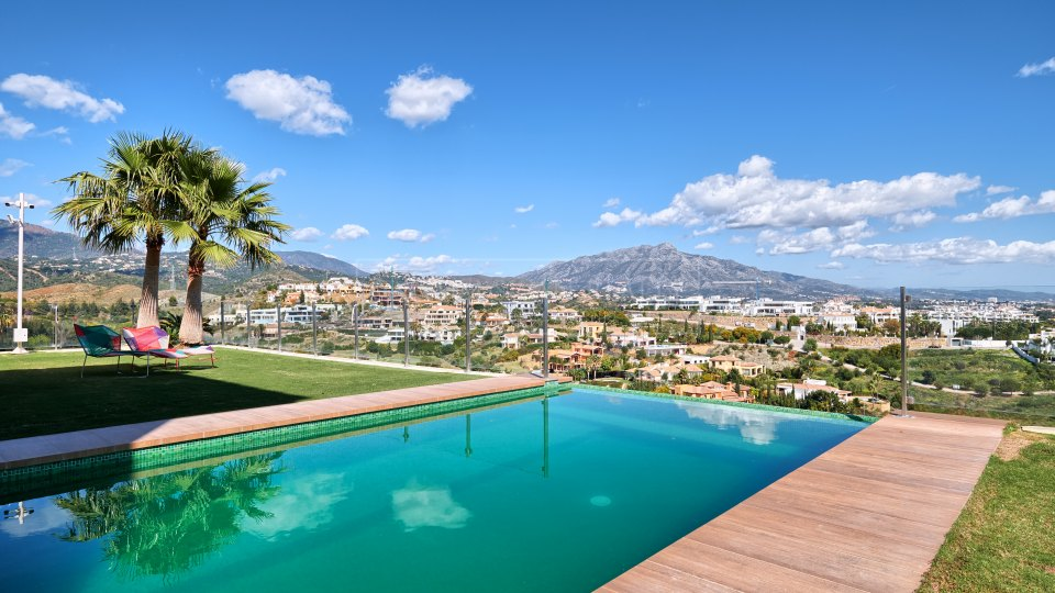 Benahavis, Contemporary family villa for sale in La Alqueria with sea views