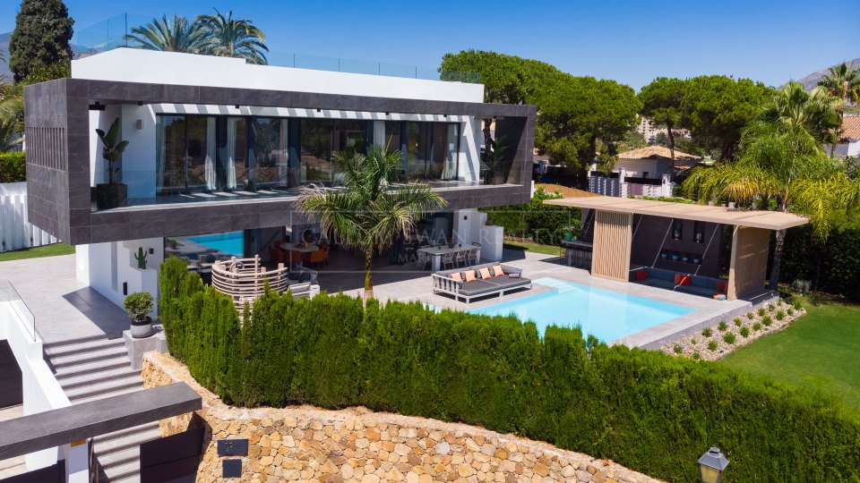 Nueva Andalucia, Modern style villa in the Golf Valley