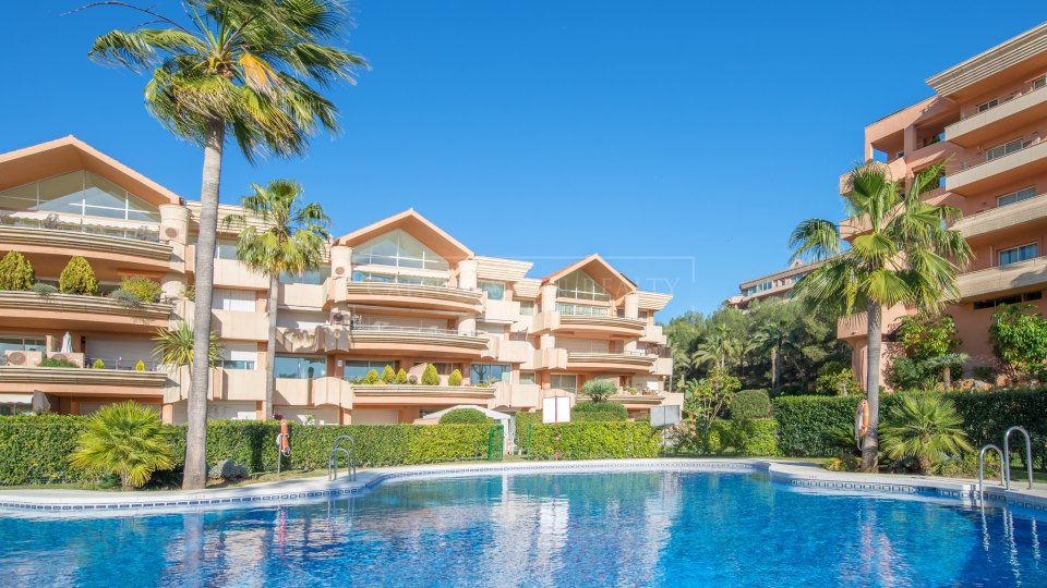 Nueva Andalucia, Duplex Penthouse in gated development with panoramic views
