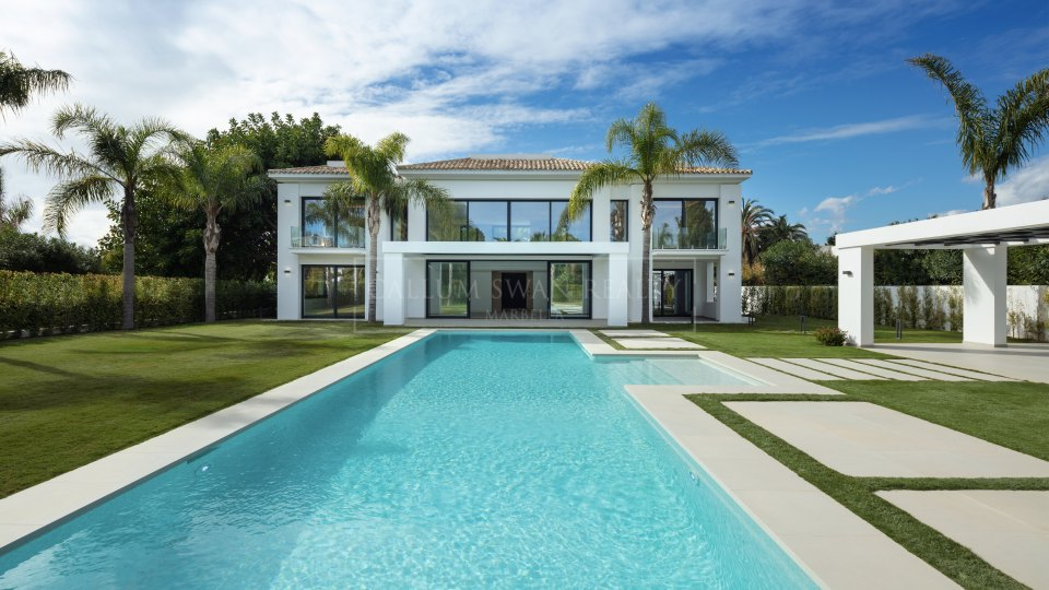 Estepona, Luxury villa within walking distance to the beach near Guadalmina baja