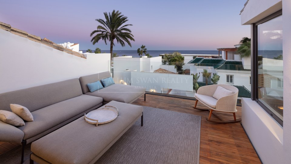 Marbella Golden Mile, Stunning property for sale in Puente Romano with sea views