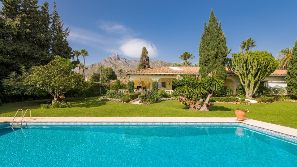Marbella Golden Mile, Villa for sale in Nagüeles with a charming classical Andalusian style
