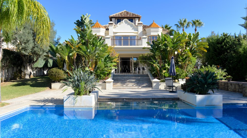 Marbella East, Lovely family villa for sale a walk from the beach in las Chapas