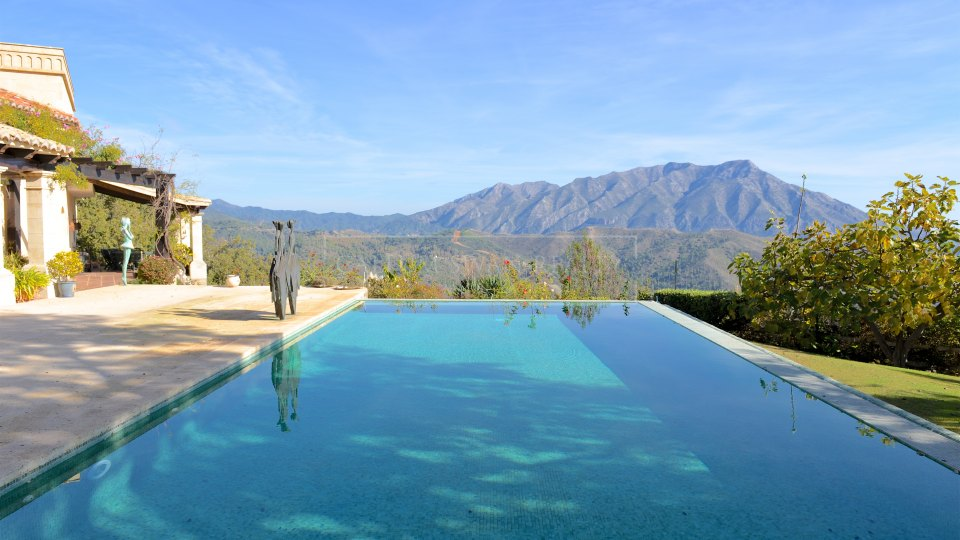Benahavis, Rustic style villa for sale in La Zagaleta with panoramic views