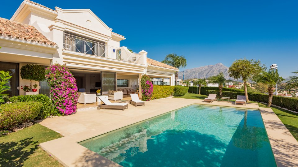 Benahavis, Stunning views from this impecable luxury villa in the gated residential area El Herrojo