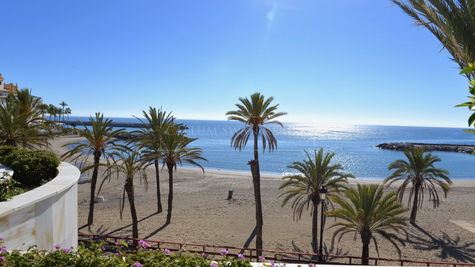 Marbella - Puerto Banus, Luxury apartment located frontline to the beach in Puerto Banus