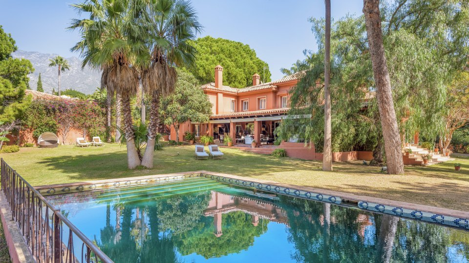 Marbella Golden Mile, Beautiful family villa for sale on a large plot in Nagueles