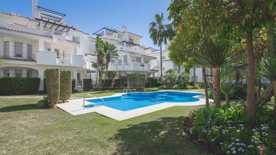 Nueva Andalucia, Charming 2 bedroom apartment walking distance to Puerto Banus