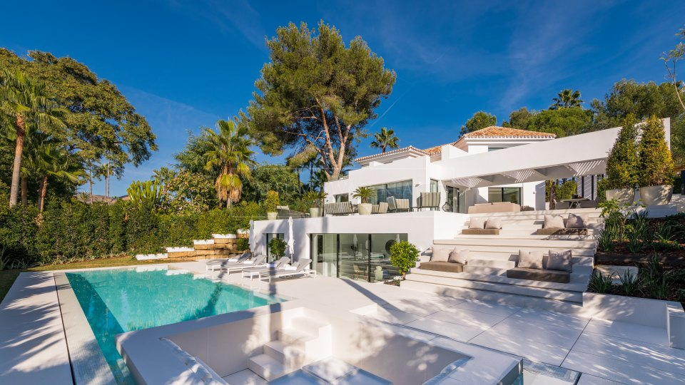 Nueva Andalucia, Contemporary luxury villa for sale in Las Brisas del Golf