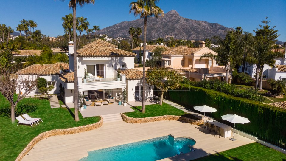 Nueva Andalucia, Stunning frontline golf family villa for sale in La Cerquilla