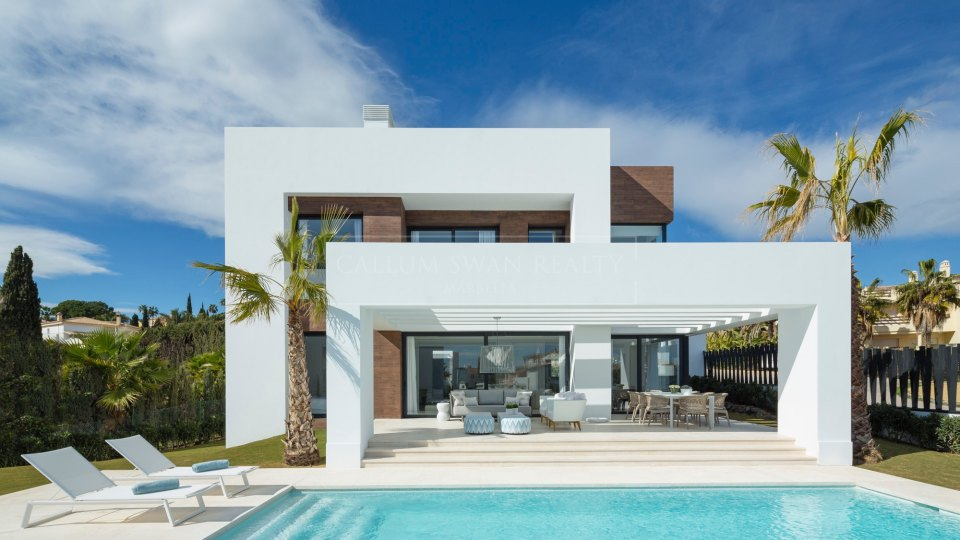 Estepona, Luxury and modern villa for sale in El Paraiso